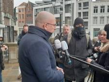 Jack Mikkers spreekt schoonmakende inwoners toe na rellen Den Bosch: '52 verdachten aangehouden'