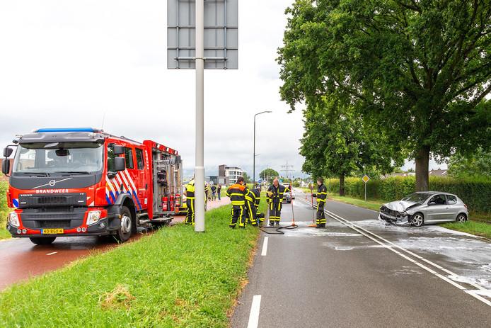 Auto botst op boom in Raamsdonksveer