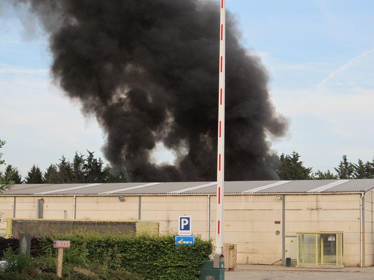 De zwarte rookpluim was tot ver buiten het terrein te zien.