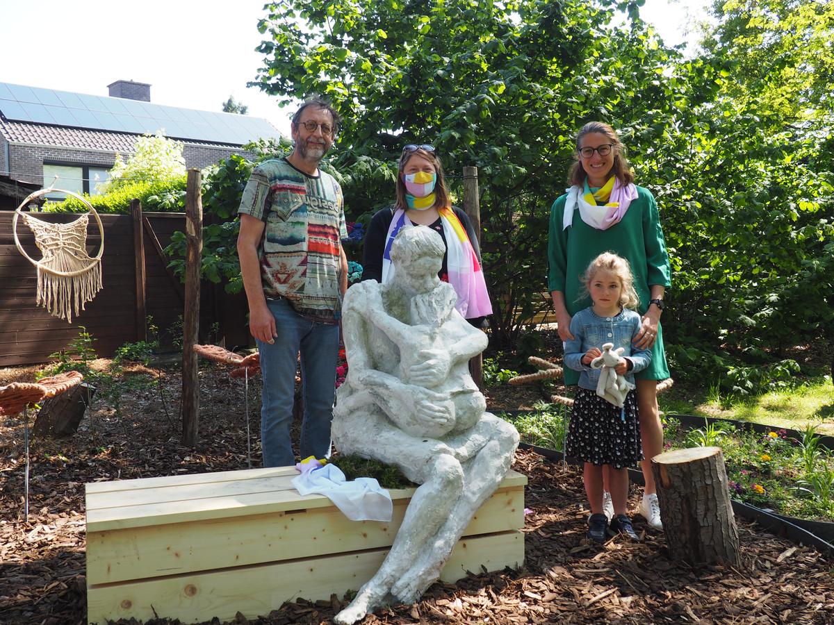 Het kunstwerk op de troostplek van Ferm Bevel werd onthuld door kunstenaar Ferdi Heylen, Timmi Van Wassenhoven, Katia Peenen en haar dochter Sanne.