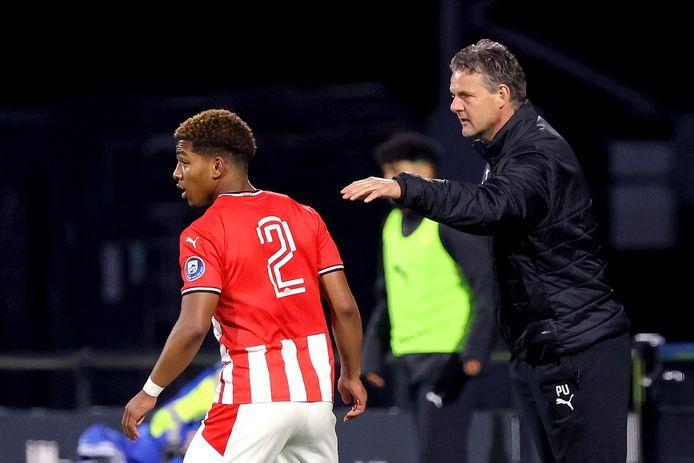Trainer Peter Uneken van Jong PSV met de in goede vorm verkerende Shurandy Sambo.