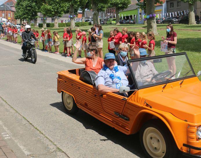 Wim Van Ommeslaeghe werd in een Citroën Mehari rondgereden langs alle vestigingen van de school.
