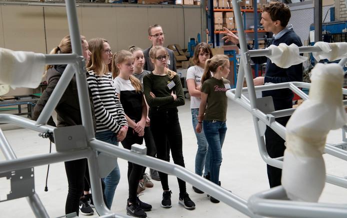 Meisjes van De Nieuwe Veste  krijgen uitleg van Kees Vos (r), directeur/eigenaar van Fox Industries in Dedemsvaart.  Op de achtergrond projectleider Peter Zwiers.
