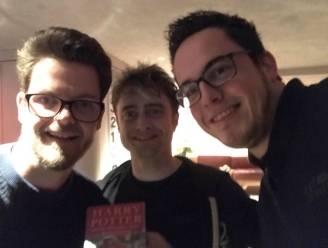Dieter en Bart strikken Daniel Radcliffe tijdens verzamelen van 108 handtekeningen van Harry Potter-acteurs