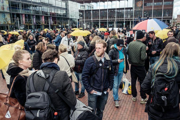 Auke Vellinga te midden van zijn mededemonstranten op het Amstelveense Stadsplein.  Beeld Jakob van Vliet
