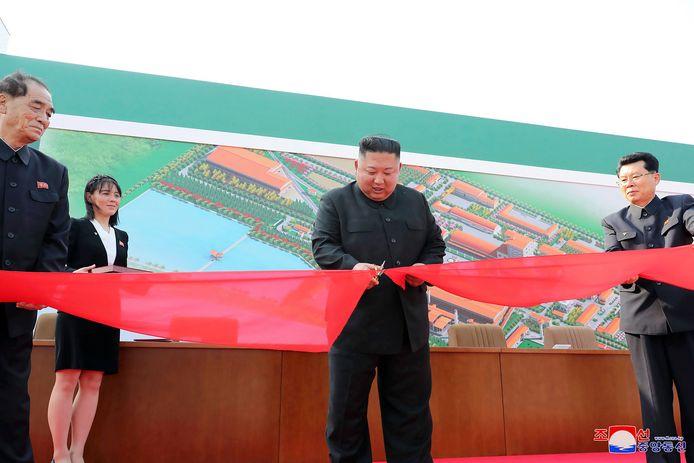 De Noord-Koreaanse leider Kim Jong-un knipt een lint door als officiële openingshandeling van een fabriek voor kunstmest, in zijn eerste publieke optreden in twintig dagen. De foto's zijn verspreid door de Noord-Koreaanse regering.