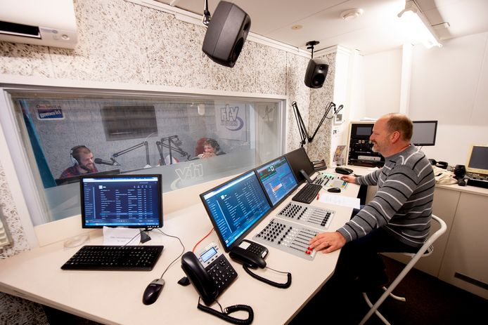 Harry Jochems (rechts) doet de techniek tijdens het radioprogramma Zaterdagmiddag Mix in de studio van RTV Apeldoorn.