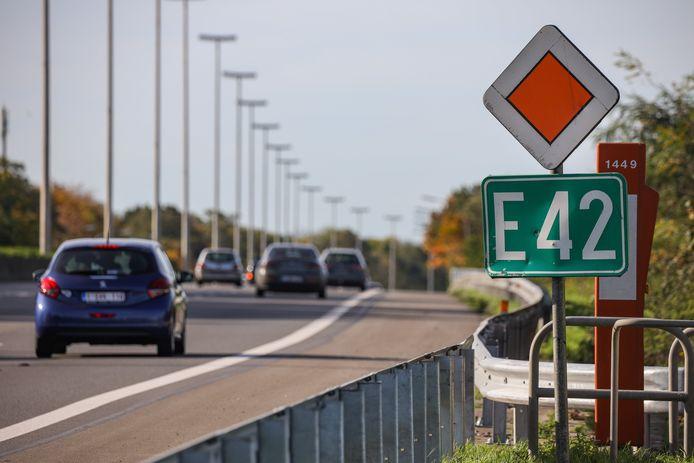 Parmi ces chantiers, deux d'entre eux sont particulièrement conséquents: la réhabilitation du revêtement de l'E42/A16 sur 16 km, entre Peruwelz et Vaulx, vers Tournai, ainsi que celle du revêtement de l'E25/A26 entre Sprimont et Tilff, soit sur environ 12 km, en direction de Liège.