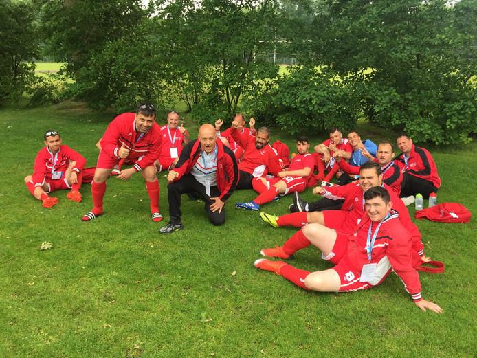 Coach Mario Prescott (midden, met blauw shirt) te midden van zijn G-voetbalteam uit Gibraltar