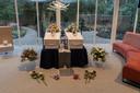 Hun kisten zij aan zij in de crematoriumzaal in Usselo. Erop staan hun portretten en bloemstukken.