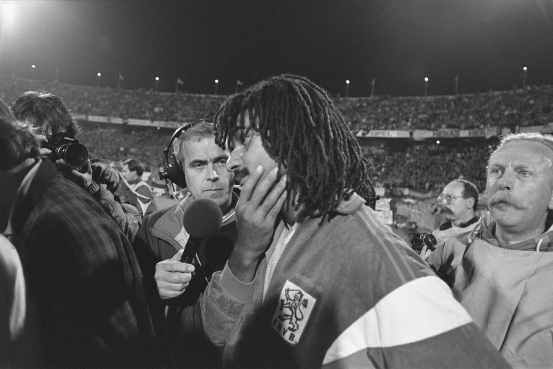 Evert ten Napel met Ruud Gullit bij Nederland-Cyprus in 1987. Nederland won, maar de wedstrijd lag even stil vanwege een vuurwerkbom. Beeld Nationaal Archief