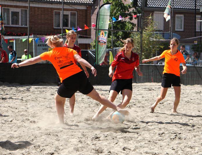 Een zonovergoten beachsoccer met voor het eerst ook meisjes en vrouwen als deelnemers.