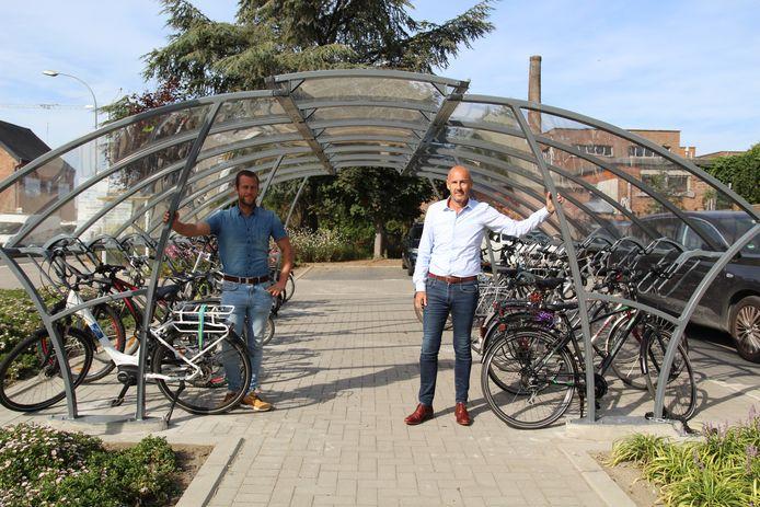Schepen Nick Vercammen en burgervader Peter Gysbrechts aan de nieuwe fietsenstalling