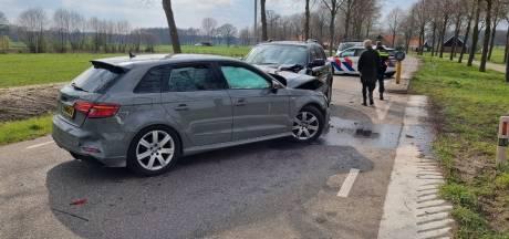 Drie auto's botsen tegen elkaar, waarschijnlijk door een misverstand