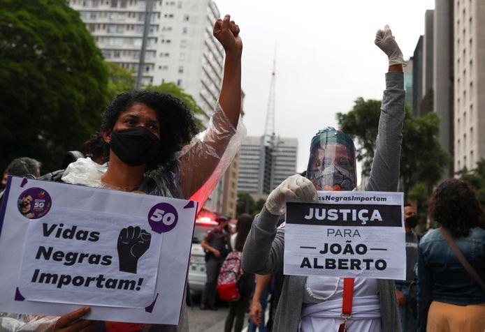 Demonstranten in São Paulo met spandoeken waarop de tekst 'Zwarte levens doen er toe' en 'Gerechtigheid voor João Alberto' staat.
