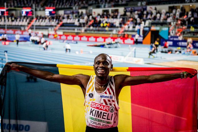 Isaac Kimeli met de Belgische vlag na zijn zilveren medaille op het EK indoor.