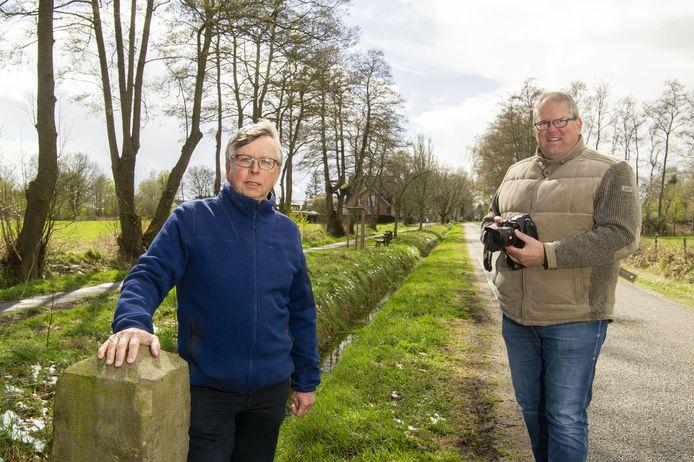 Bruisend Overdinkel komt met een film over het smokkelverleden van het dorp. Een interview met Dick Grovenstein (links) . Robert Bos is de voorzitter van Bruisend Overdinkel. Beiden staan naast de grens (de sloot) aan de Nederlandse kant.