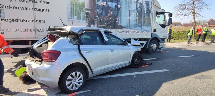 Een vrachtwagen botste op de Volkswagen Polo van het koppel.