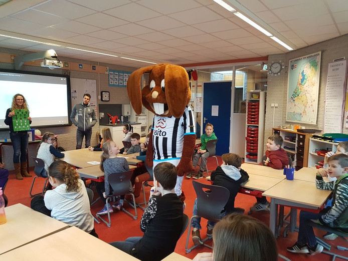 Marc-Jan Fledderus en de mascotte Bultje van eredivisionist Heracles waren maandag aanwezig in Daltonschool Reggewinde bij de aftrap van het leesproject 'Scoor een boek'.