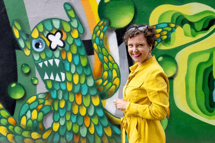 In haar tv-programma Kijken op gevoel laat kunsthistoricus zien hoe kunstenaars emoties verbeelden in hun werk. Op de foto: voor een muurschildering van Lastplak in Rotterdam.