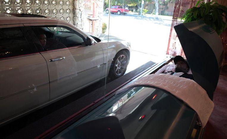 Afscheid nemen van een geliefde zonder uit die auto te moeten: in Los Angeles is dat geen probleem.  Beeld reuters