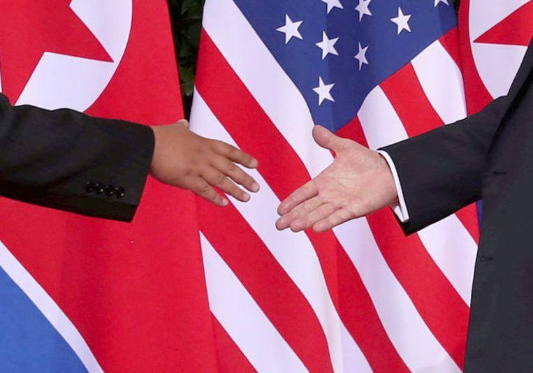 Het moment waar het allemaal mee begon: de historische 'handshake' tussen Kim Jong-un (links) en Donald Trump.
