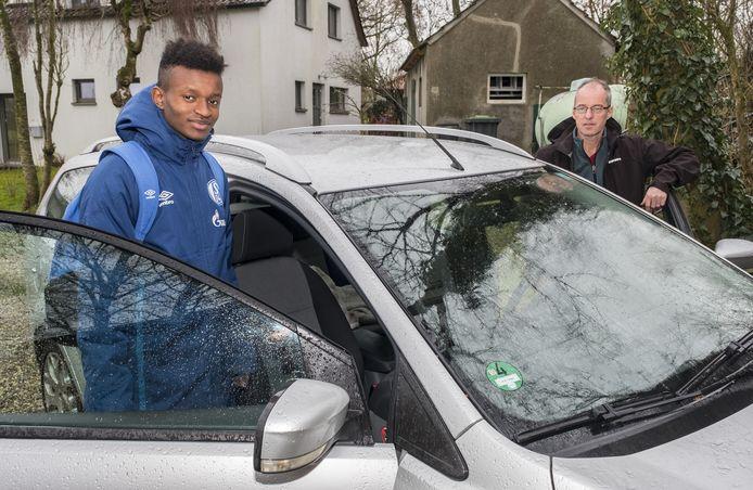 Sitotaw van Eck speelt bij Schalke 04 onder 19. Hij stapt bij zijn pa in de auto om naar Gelsenkirchen te gaan.