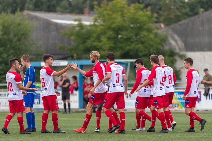 """Lukas Poppe (derde Kalkenaar van links) viert zijn doelpunten: """"Het was vooral een sterke collectieve prestatie."""""""