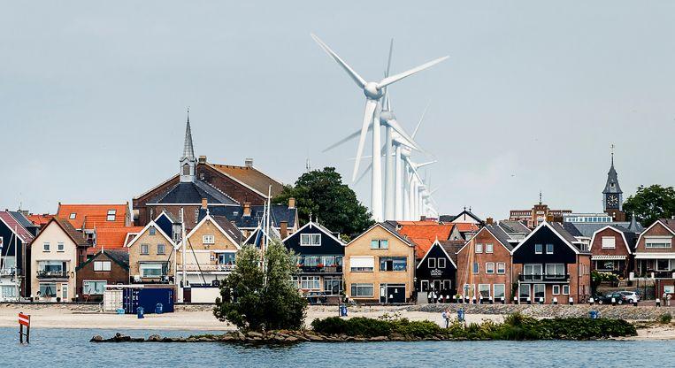 Urk tegen de achtergrond van de windmolens die op de nabijgelegen dijken van de Noordoostpolder staan.  Beeld Hollandse Hoogte /  ANP