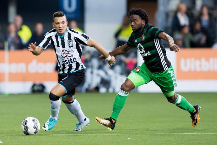 Brahim Darri (links) in actie voor Heracles Almelo tegen Feyenoord.