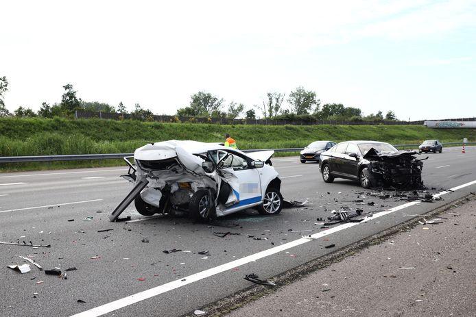 De zwaarbeschadigde auto's na de aanrijding op de A2 bij Beesd vorig jaar.