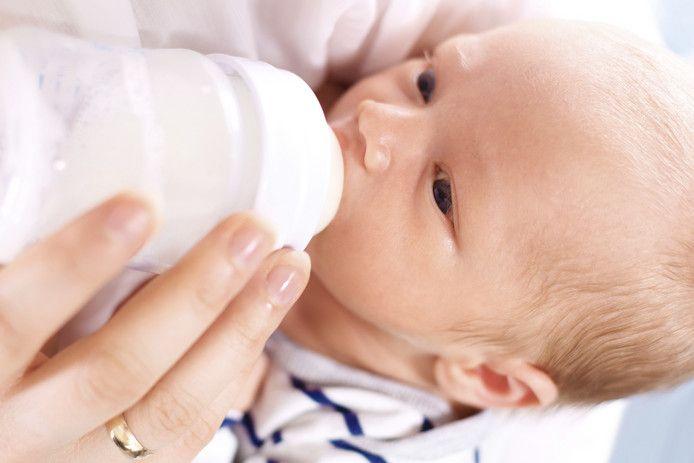 Een baby krijgt een flesje. Foto ter illustratie.