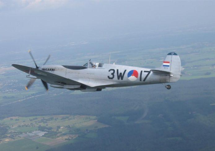 Deze originele Spitfire komt overvliegen in Schijndel bij de opening van het monument.