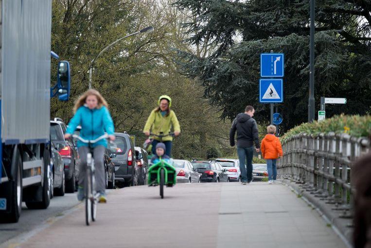 Auto's en een vrachtwagen schuiven aan op de Netebrug, alleen fietsers passeren vlot.