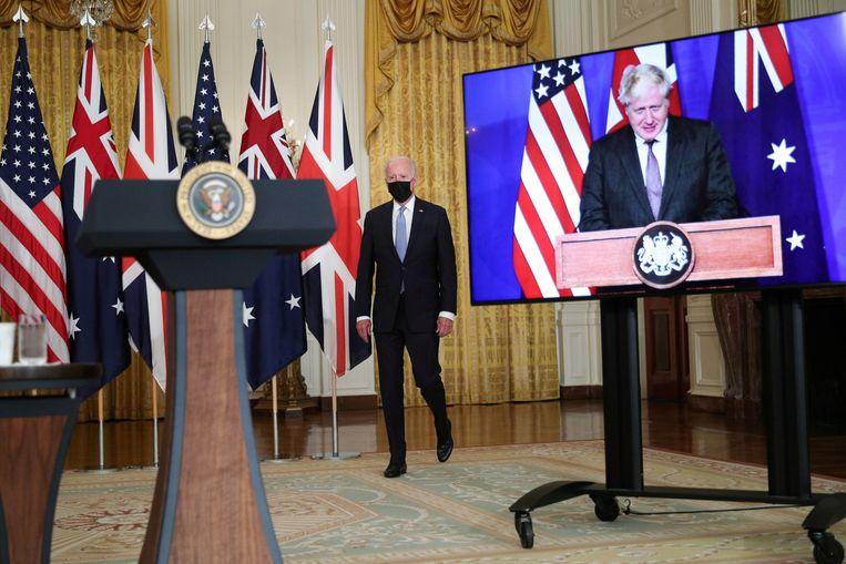 De Amerikaanse president Joe Biden kondigde het veiligheidspact samen met Boris Johnson en Scott Morisson aan via een videoverbinding. Beeld Reuters