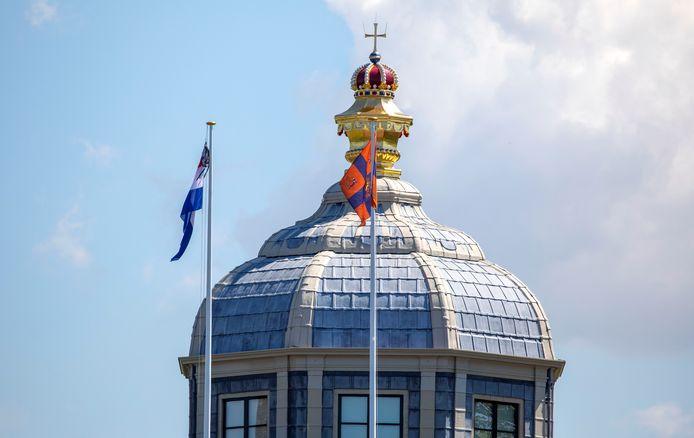 De vlag met tas wappert op Paleis Huis ten Bosch