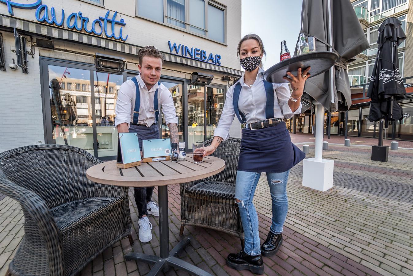 Roxelle en Jamy serveren bij Pavarotti op het Stadhuisplein in Zoetermeer.
