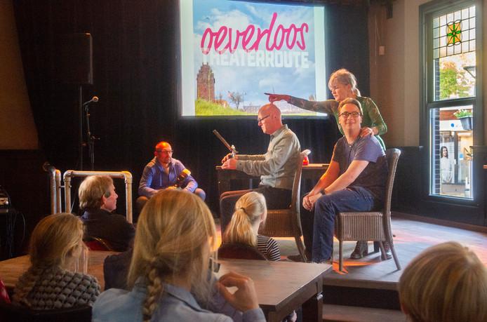 Stichting Oss Cultureel presenteert de plannen voor theaterfestival Oeverloos. Op de foto vlnr. Christ van Schaijk, Bram van de Ven  en Wim Wijnakker (wijzend)