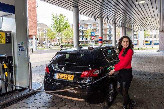 Fellenza Isufi tankt bij de de goedkoopste: de Tango aan de Van Randwijcklaan.