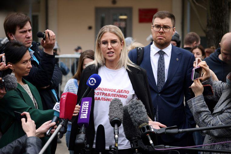 Oppositiepoliticus Lyubov Sobol spreekt op 15 april met verslaggevers voor de rechtbank, waar ze net een voorwaardelijke  werkstraf heeft gekregen van een jaar. De bondgenoot van Navalny zou een agent van de geheime dienst thuis hebben lastiggevallen. Op haar T-shirt staat de tekst: Waar blijft de strafzaak voor de vergiftiging van Navalny?  Beeld AFP