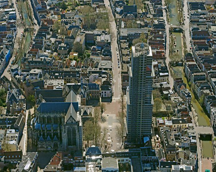 Het lege Domplein en de gesloten Domkerk.