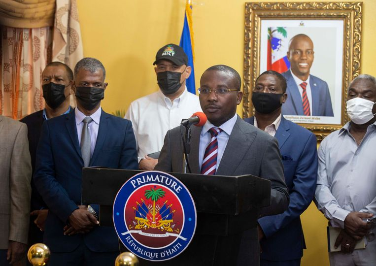 De Haïtiaanse interim-premier Claude Joseph tijdens een persconferentie donderdag. Beeld AP