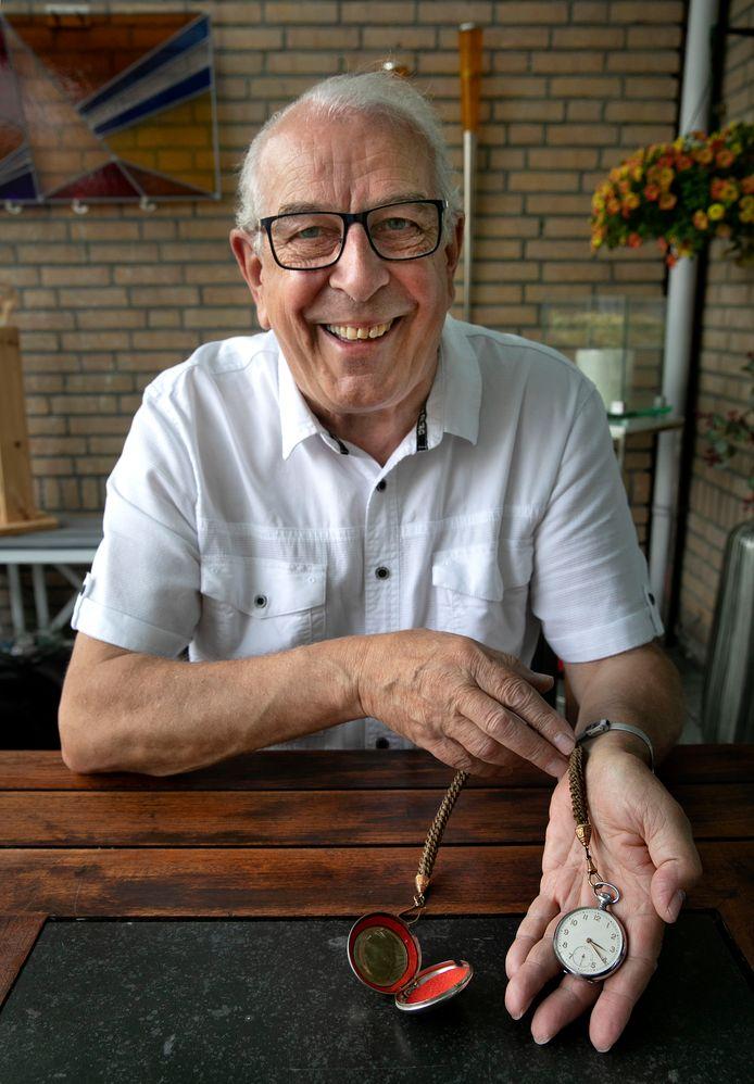 Frans Visser uit Eindhoven met de ketting gemaakt van het haar van zijn oma, en het horloge van zijn opa.