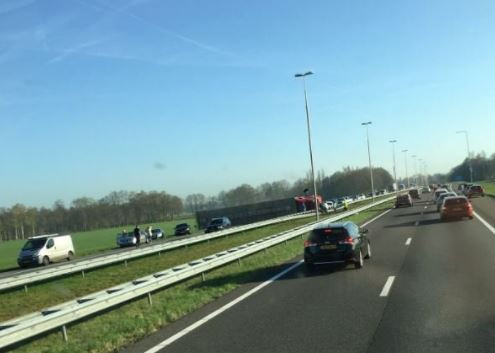 De vrachtwagen ligt gekanteld op de A50 tussen Apeldoorn en Zwolle.
