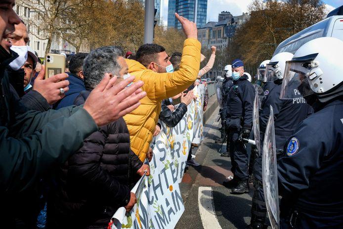Na een uurtje sloten de aanwezige politiemensen de groep betogers in.