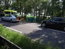 Vier auto's botsen op elkaar op N279 in Erp, inzittende raakt gewond