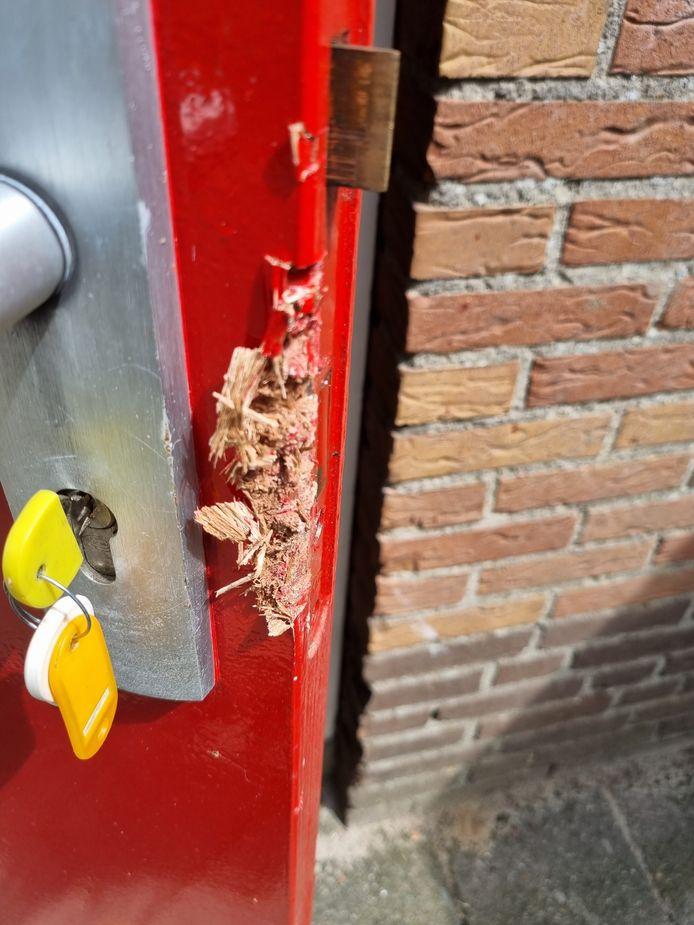 Flinke braakschade aan de achterdeur van de kantine van voetbalvereniging Daarlerveen.