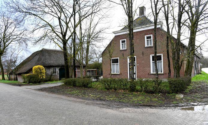 OOSTERHOUT - Langevelboerderij met 2 Vlaamse schuren op hoek Leijsenstraat en Leijsendwarsstraat 6.