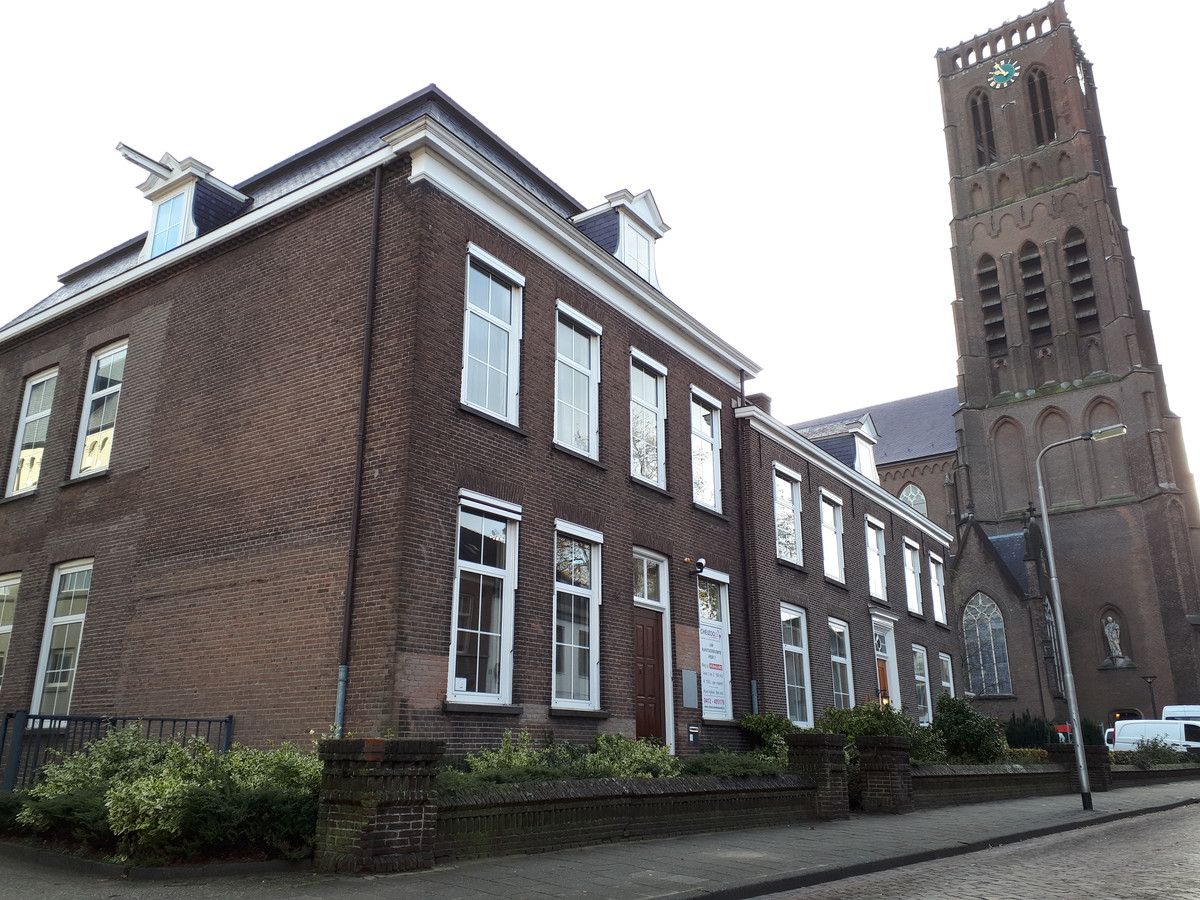 De kapelanie aan de Begijnenstraat wordt verbouwd tot vijf appartementen.