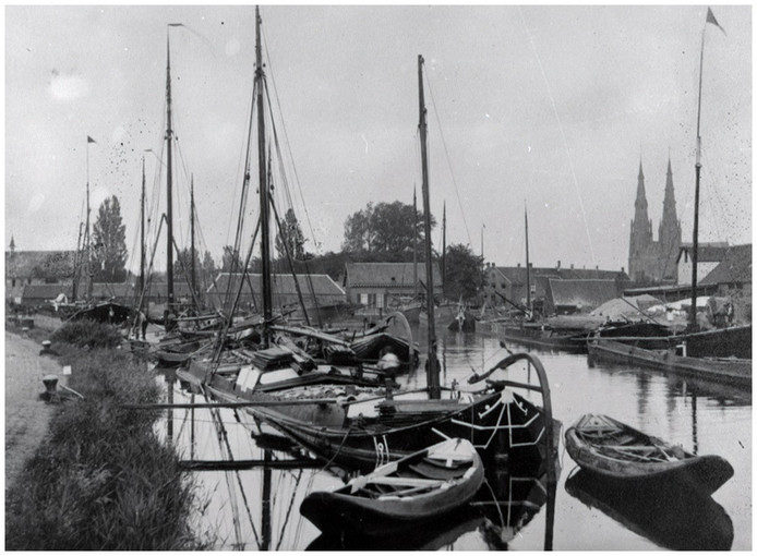 De haven van het Eindhovens Kanaal. Op de achtergrond de torens van de St. Catharinakerk, omstreeks 1894 – 1897.